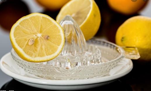 Jugo de limón para quitar manchas de pegamento